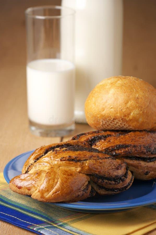 Brötchen und Milch stockbild