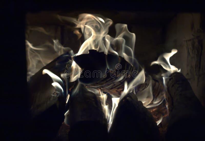 Brûlant ouvre une session la vieille cheminée, flammes se ferment  image libre de droits