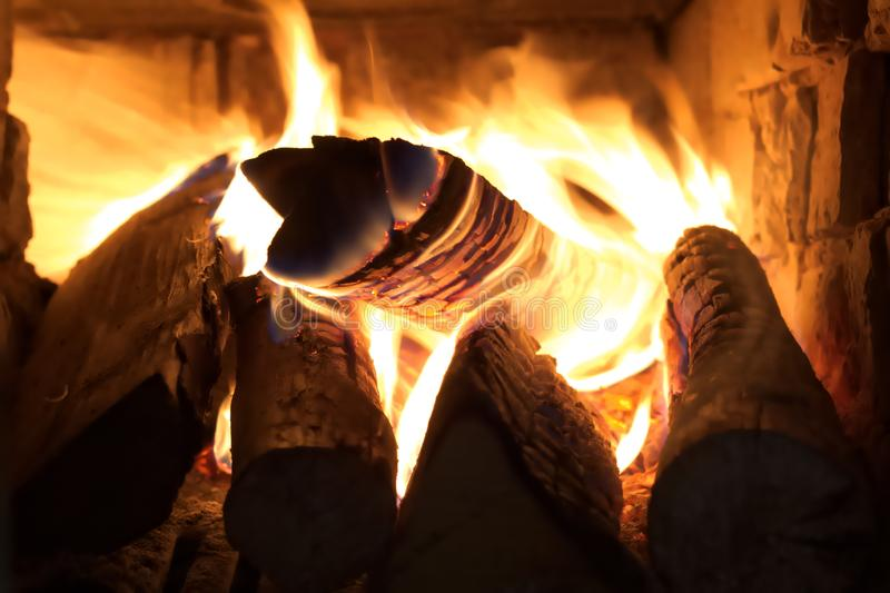 Brûlant ouvre une session la vieille cheminée, flammes se ferment, intérieur de vue de cheminée photos stock