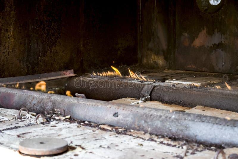 Brûleurs à gaz à une station pour le chauffage du fluide de réservoir Le liquide de la terre est froid et entre dans le fourneau  photo stock