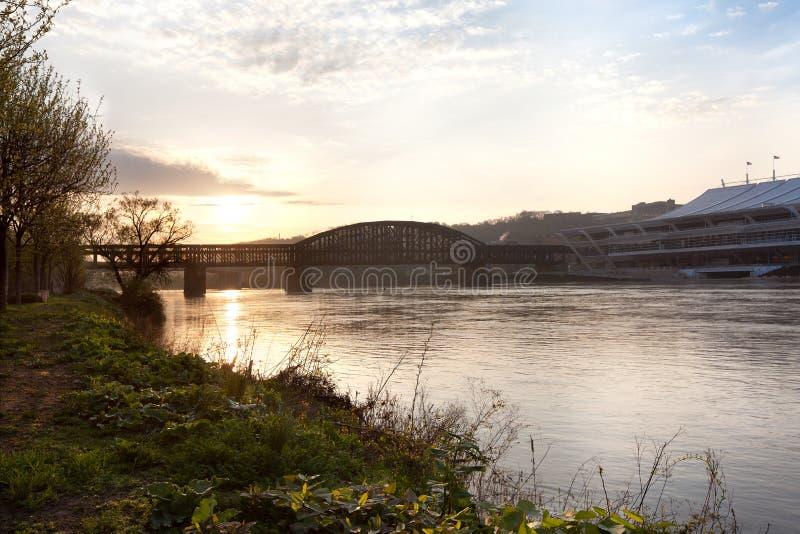 Brücke über dem Allegheny-Fluss bei Sonnenuntergang stockfotografie