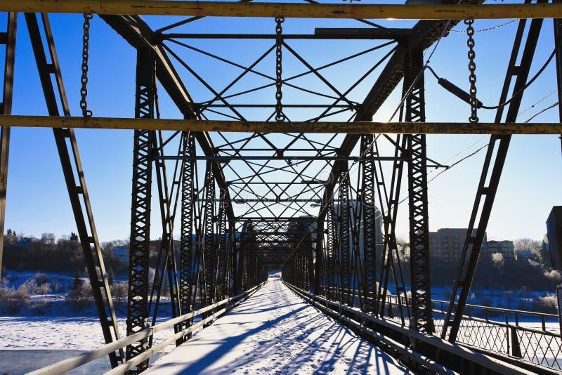 Brücke über dem eisigen Fluss lizenzfreies stockfoto
