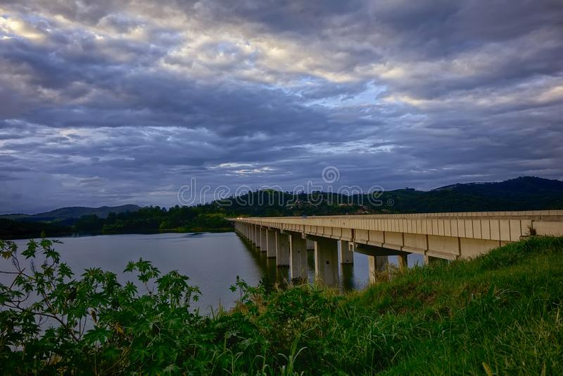 Brücke über dem Fluss bei Sonnenuntergang stockbild