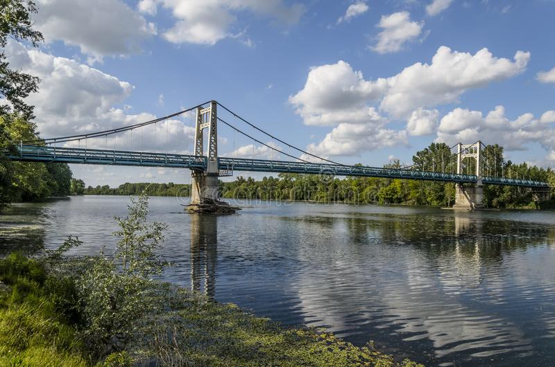 Brücke über dem Fluss Garonne, zum von Auvillar zu erreichen lizenzfreie stockfotos