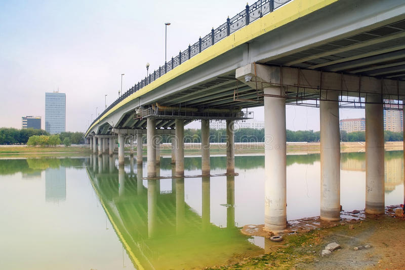 Brücke über dem Fluss Ural lizenzfreie stockfotografie
