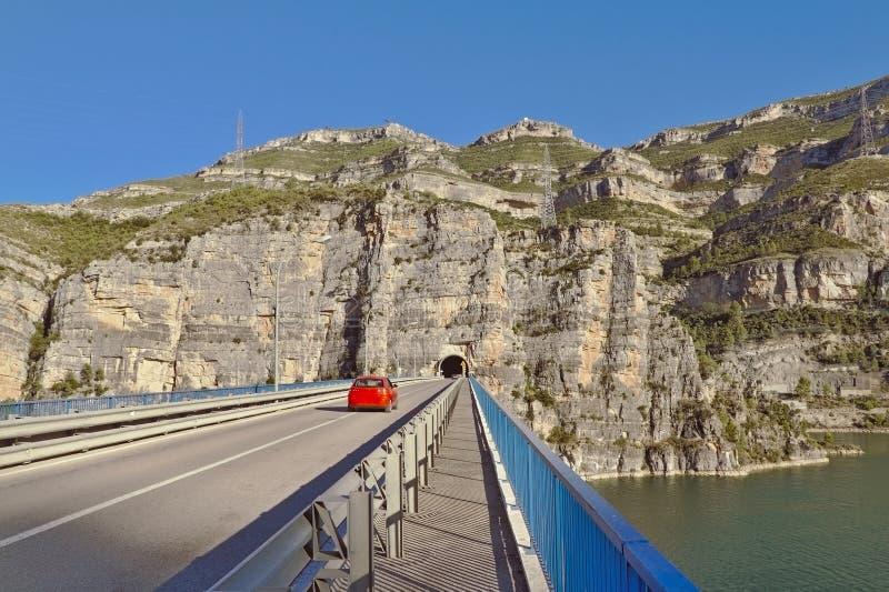 Brücke über dem Reservoir von Cortes de Pallas in Valencia stockbilder