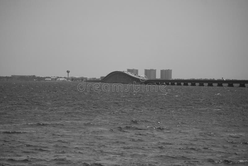 Brücke über dem Schacht lizenzfreies stockbild