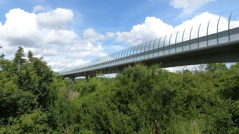 Brücke über dem Tal stockfotografie