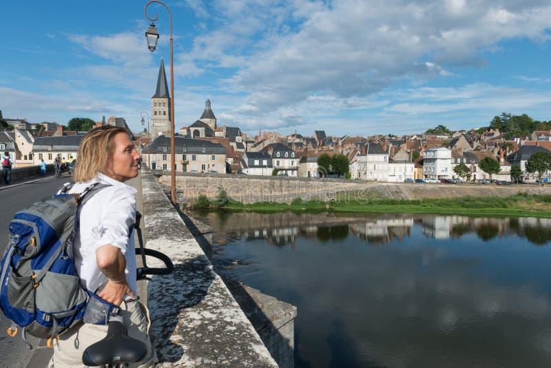 Brücke über der Loire mit Touristen lizenzfreies stockbild