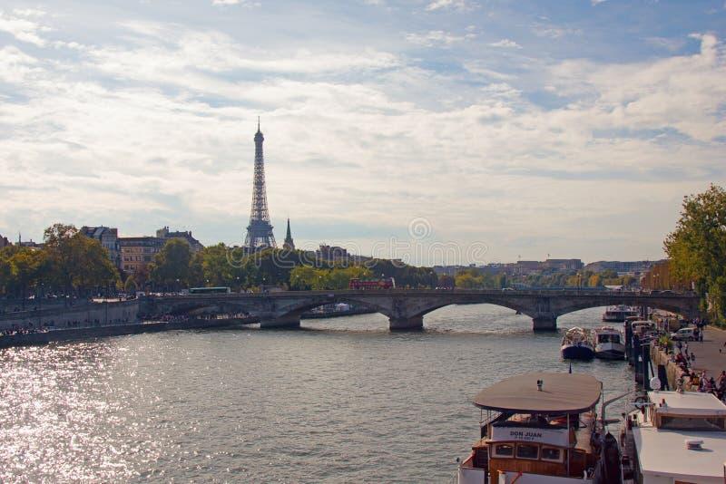 Brücke über der Seine, die den Eiffelturm übersieht stockfotos