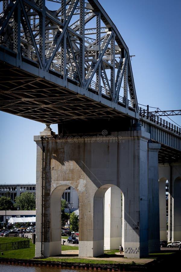 Brücke über die Flats im Zentrum von Cleveland, Ohio lizenzfreies stockbild