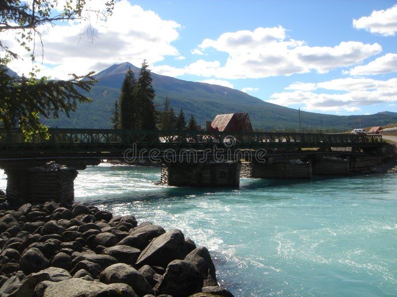 Brücke über einem Fluss in Mongolei stockbilder