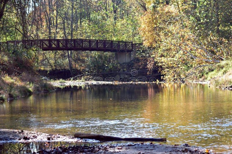 Brücke über einem kalten Strom stockbilder