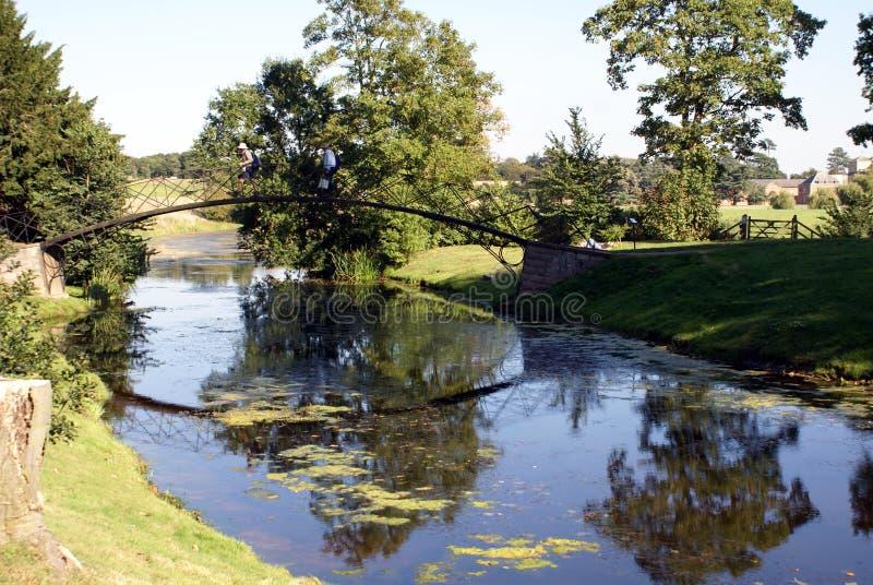 Brücke über einem See, England lizenzfreies stockfoto