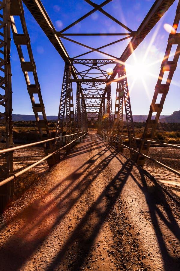 Brücke über einem trockenen Bachbett nach Monsunzeit lizenzfreie stockfotografie