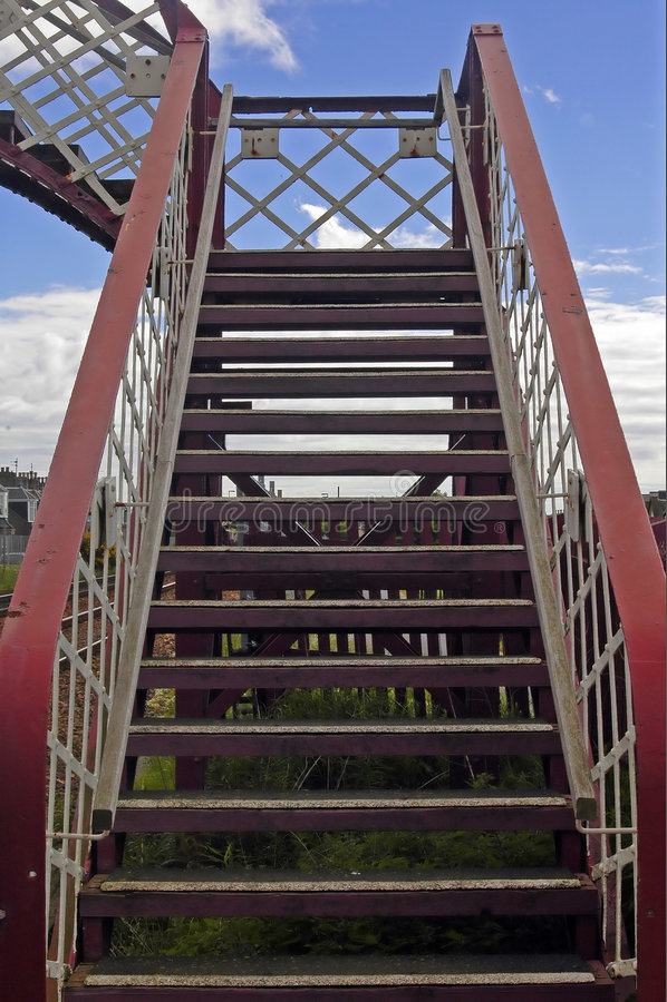 Brücke über einer Bahnlinie stockfotos