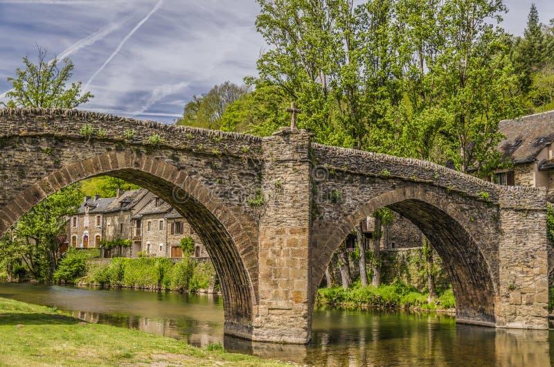 Brücke über Fluss Aveyron in Belcastel lizenzfreie stockfotografie