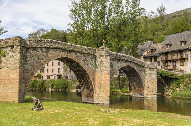Brücke über Fluss Aveyron in Belcastel-Dorf lizenzfreies stockbild