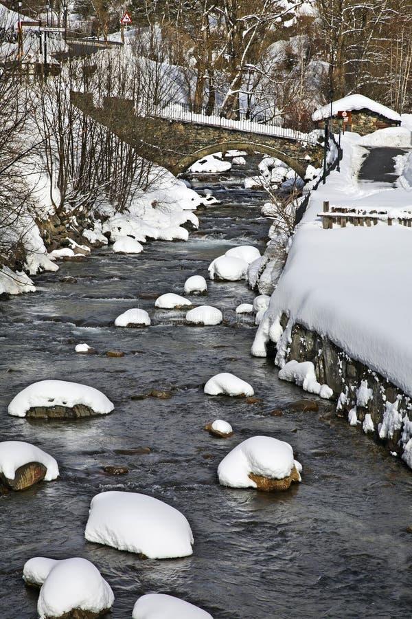 Brücke über Fluss Valira d Orient im La Cortinada andorra stockfoto