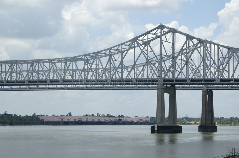 Brücke über gestörtem Wasser lizenzfreie stockfotos