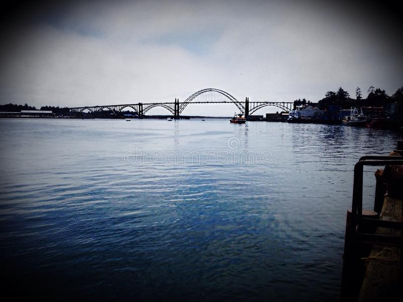 Brücke über Hafen stockfotos