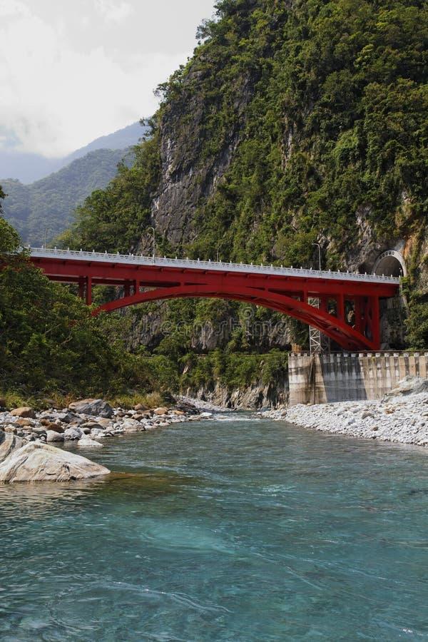 Brücke über Haulien Fluss stockbilder