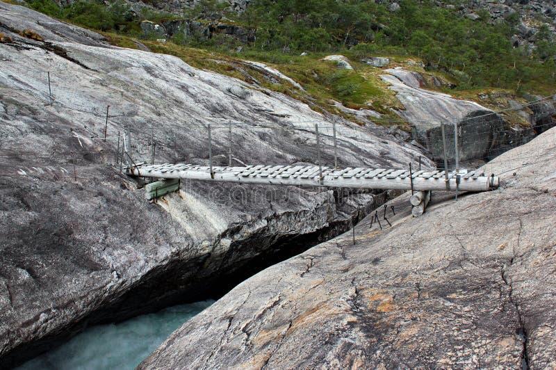 Brücke über Kinso-Fluss in Husedalen-Tal, Norwegen stockfotografie