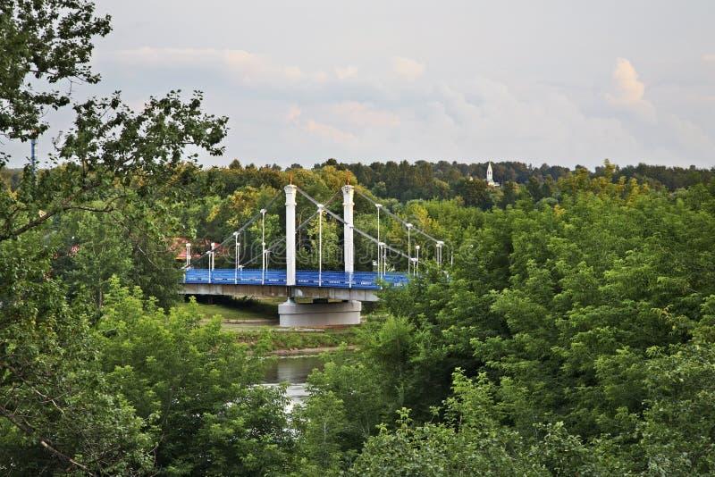 Brücke über Kotorosl-Fluss in Yaroslavl Russland stockfotos