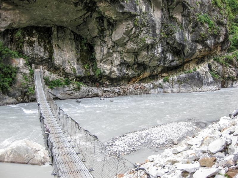 Brücke über Marsyangdi-Fluss nahe Tal-Dorf - Nepal lizenzfreies stockbild