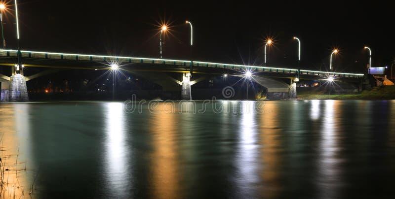 Brücke über Nachtfluß lizenzfreie stockfotos