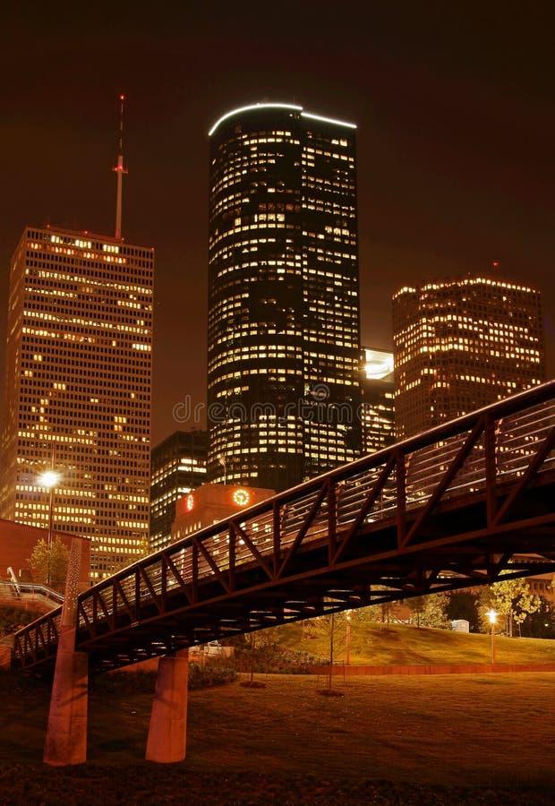 Brücke über NachtSkylinen lizenzfreie stockfotografie