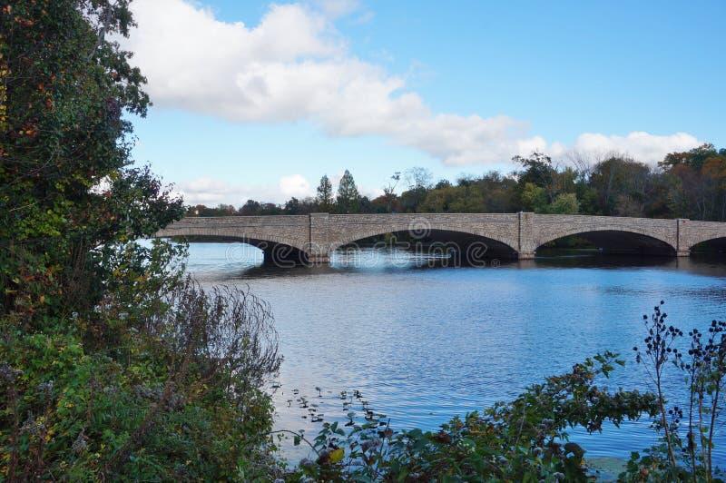 Brücke über See Carnegie in Princeton, NJ im Fall stockfotografie