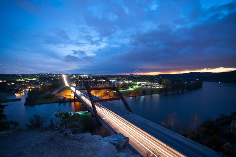 Brücke übersehen bei Sonnenuntergang stockfotos