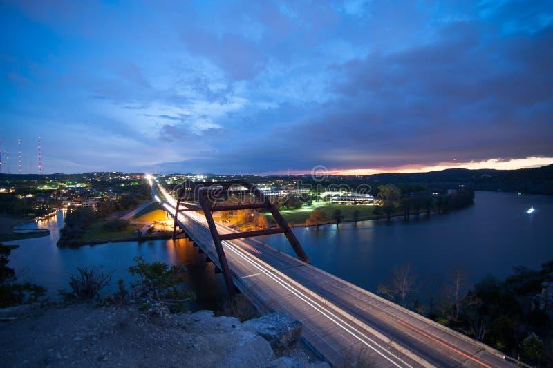 Brücke übersehen bei Sonnenuntergang stockbilder