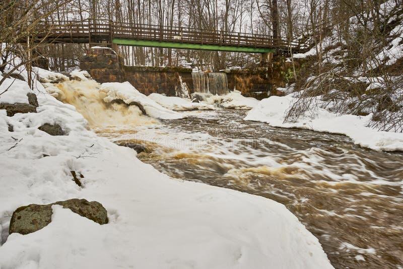 Brücke, alte Verdammung und Wasserfall stockbilder