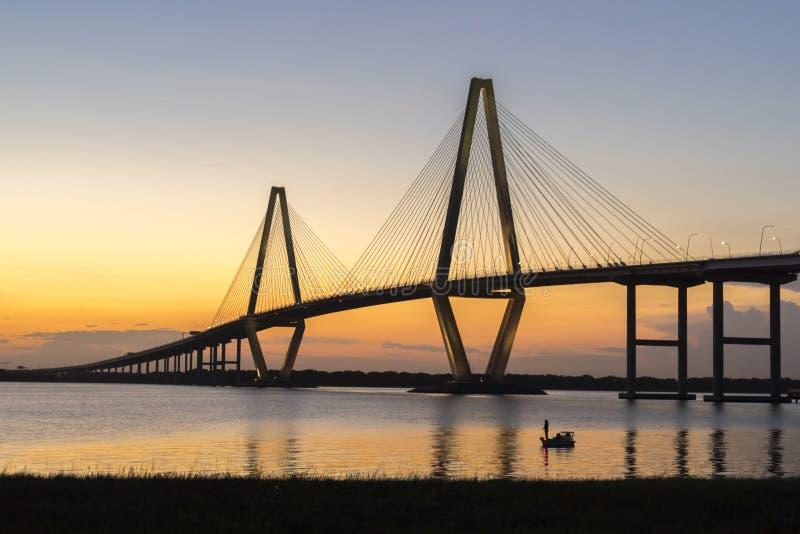 -Brücke Arthur-Ravenel, AKA/die Fassbinder-Fluss-Brücke in Charleston Sc genommen an Bord vom Ausflugboot Brücke an der Dämmerung stockbild