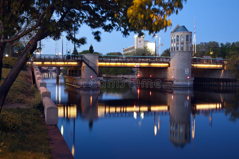 Brücke auf Milwaukee-Fluss stockfotos