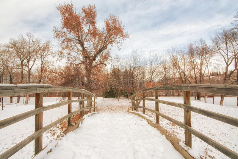 Brücke bedeckt im Schnee stockbild