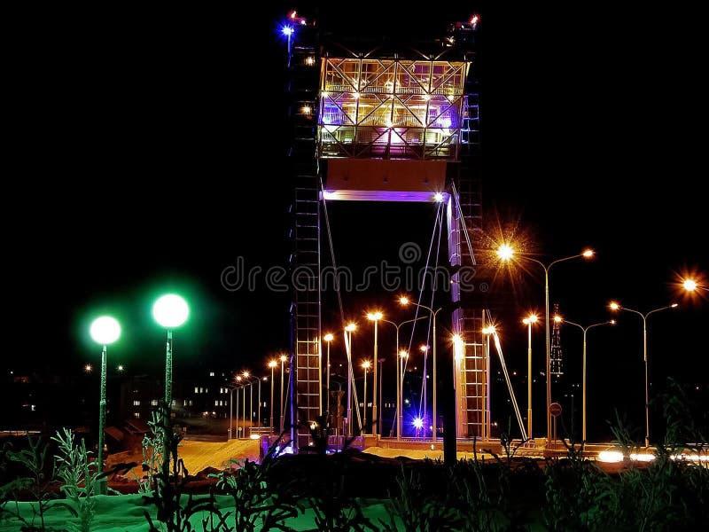 Brücke beleuchtet bei. Die Brücke in Salekhard lizenzfreies stockbild