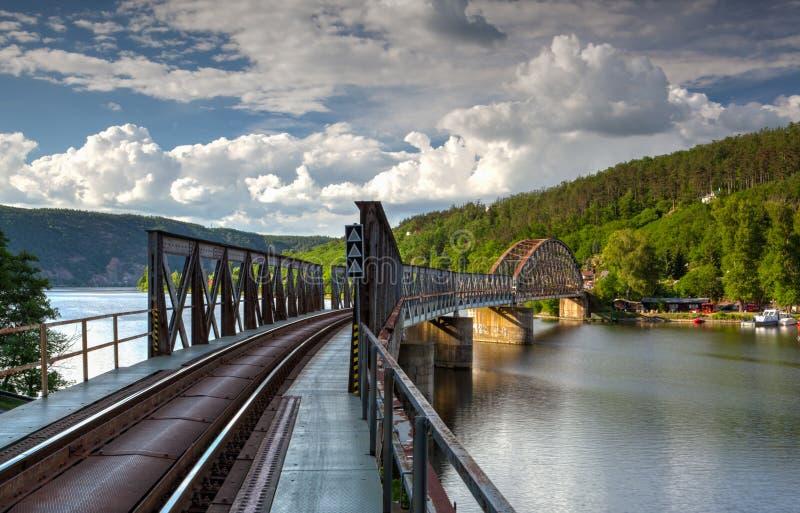 Brücke der eingleisigen Eisenbahn über dem die Moldau-Fluss stockfotografie