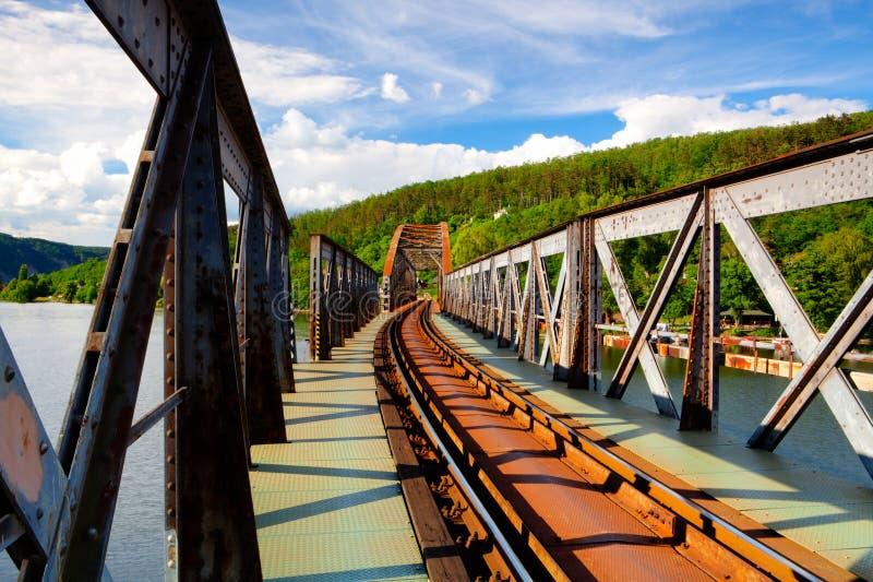 Brücke der eingleisigen Eisenbahn über dem die Moldau-Fluss- HDR-Bild stockbilder