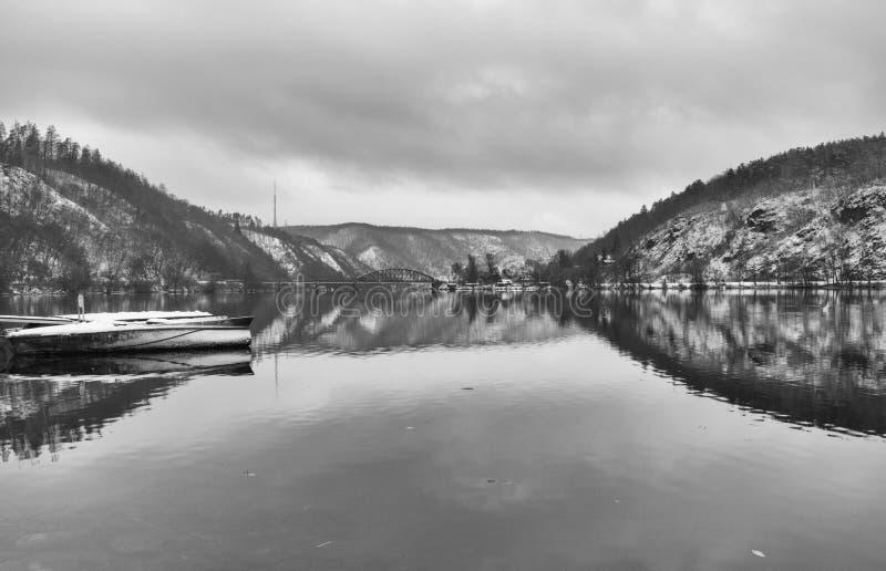 Brücke der eingleisigen Eisenbahn über dem die Moldau-Fluss, Tscheche Republi lizenzfreie stockfotografie