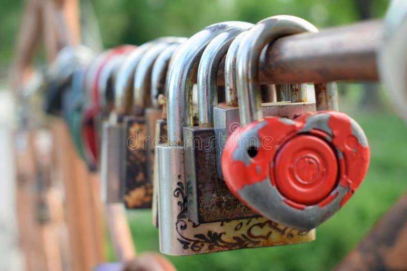 Brücke der Liebe im alten Park stockfotografie