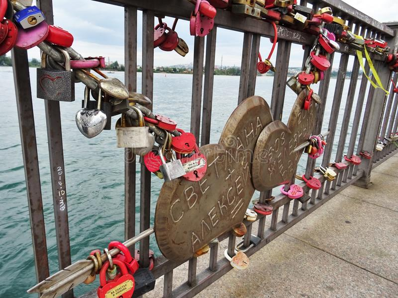 Brücke der Liebe in Irkutsk lizenzfreie stockbilder