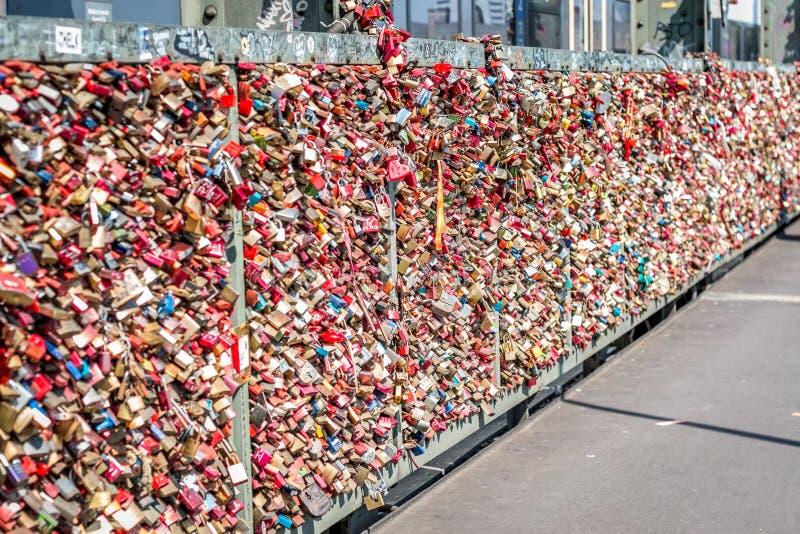 Brücke der Liebe - Verschlussbrücke stockbild