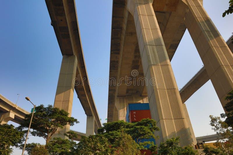 Brücke in der Werft unter Stonecutters lizenzfreie stockfotos