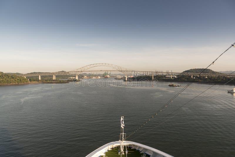 Brücke des Amerikas auf der Annäherung an den Panamakanal stockfotos