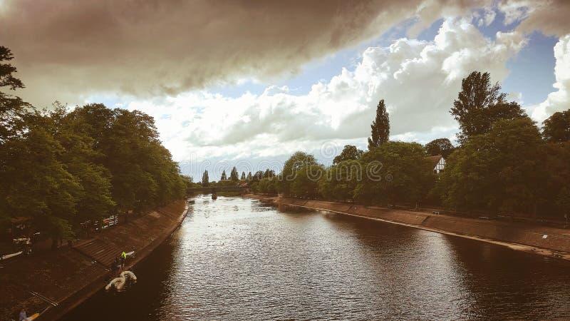 Brücke, die den Fluss übersieht stockbild