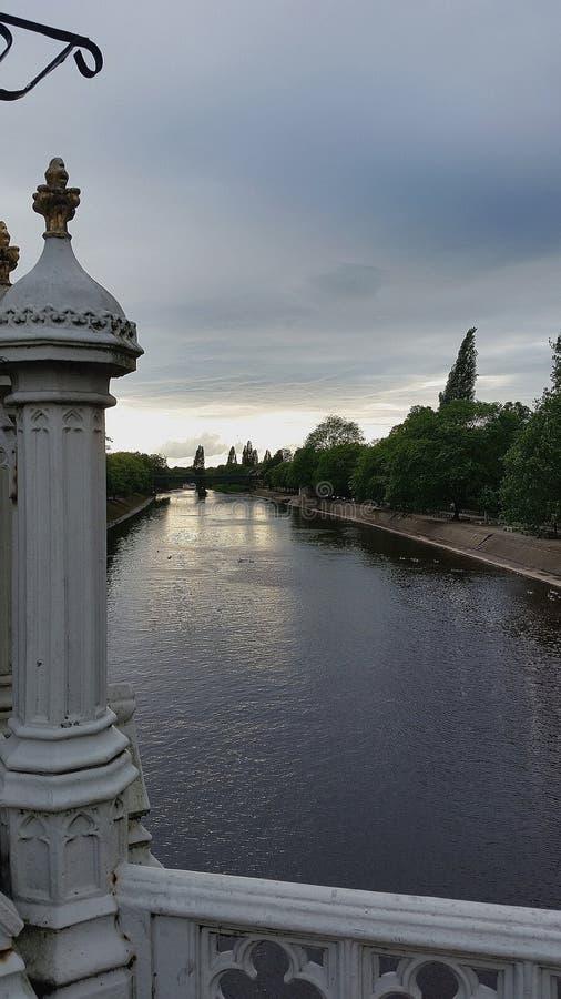 Brücke, die den Fluss übersieht stockfotos