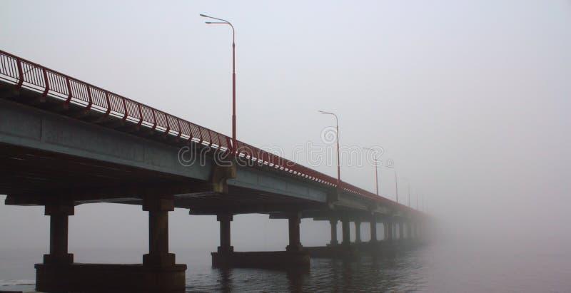 Brücke, die im Nebel verschwindet stockbild